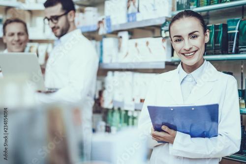 Farmaceuci pracujący w aptece