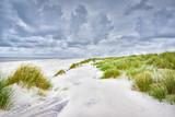 Sanddünen an der Nordsee mit weißem Sand bei stürmischem Wetter
