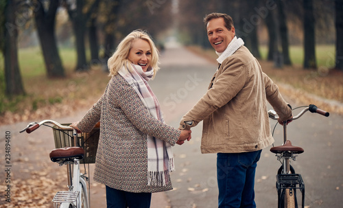 Leinwanddruck Bild Senior couple in park in autumn