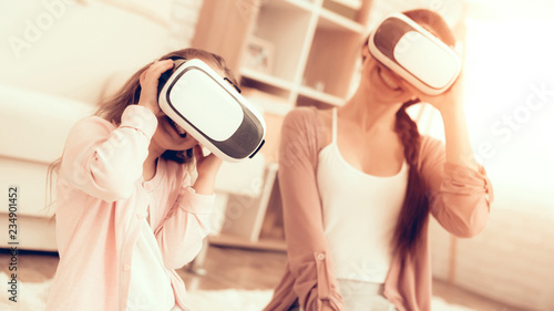 Leinwanddruck Bild Mom Have Fun with Daughter Virtual Reality Glasses