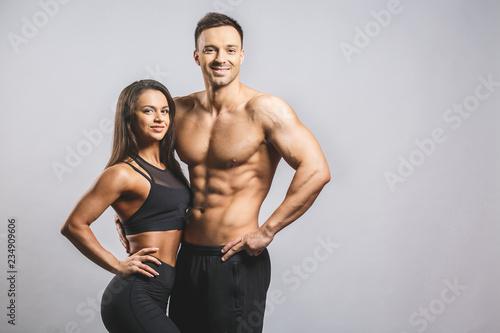 Sportowy mężczyzna i kobieta odizolowywający nad białym tłem. Osobisty instruktor fitness. Trening osobisty.