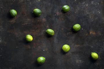 Limonki. Owoce na ciemnym tle.