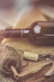 bouteille de vin rouge sur une table en bois - 234913061