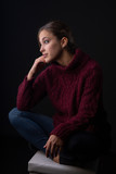 Retrato de joven en estudio con fondo oscuro © Alfaguarilla