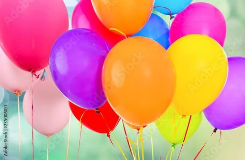 Wiązka kolorowi balony na białym tle