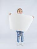 девочка с листом белой бумаги
