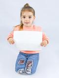 девочка с чистым листом бумаги