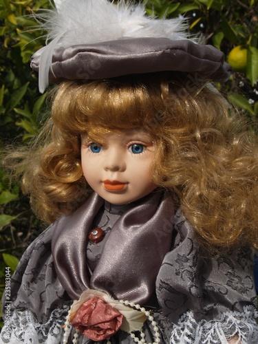 Leinwanddruck Bild Dekorative, klassisch gekleidete Puppe