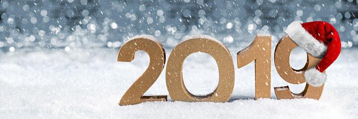 2019 Jahreszahl im Schnee Weihnachten Silvester Neujahr Jahreswechsel mit Nikolausmütze im Schnee Hintergrund / New years eve santa hat number snow background © stockphoto-graf