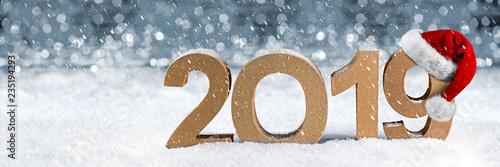 2019 Jahreszahl im Schnee Weihnachten Silvester Neujahr Jahreswechsel mit Nikolausmütze im Schnee Hintergrund / New years eve santa hat number snow background