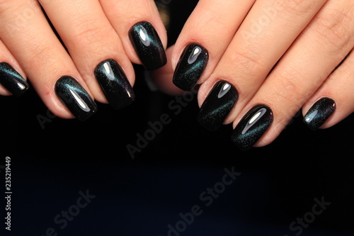 Modny czarny manicure