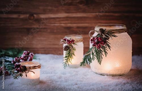 Romantische Windlichter mit Kerzen zur Weihnachtszeit - 235382620