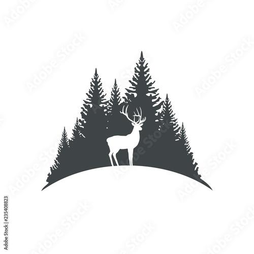 Олень на фоне деревьев
