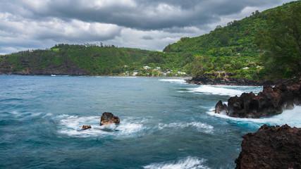 océan, vague, rocher dans la baie © AnneLaure