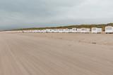 Strandhäuser auf dem breiten Sandstrand in Dänemark, Nordsee