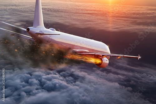 Samolot z silnikiem w ogniu, koncepcja katastrofy lotniczej.
