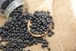 gruppo di fagioli neri cibo cereali su cucchiaio da cucina di legno - 235501857
