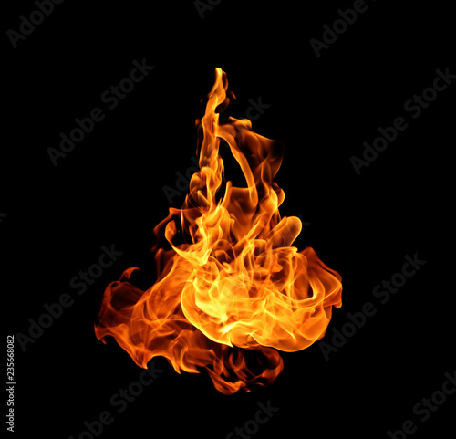 Ogień płonie kolekcję odizolowywającą na czarnym tle