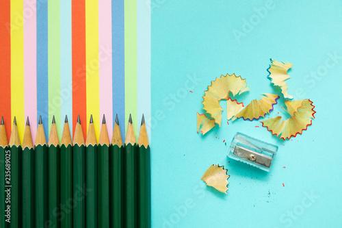 kolorowe kredki, śmieci i kolorowe paski w kolorach tęczy, stacjonarne
