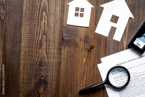 koncepcja zakupu domu na drewnianym tle widok z góry