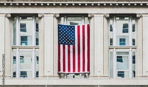 Washington DC, zewnętrzny widok neoklasycystyczny budynek rządowy z flagą Stanów Zjednoczonych Ameryki
