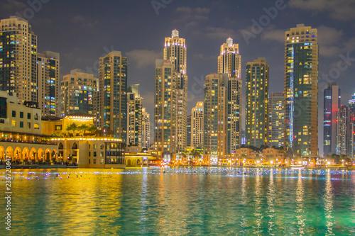 fototapeta na ścianę Skyline von Dubai in der Nacht als Nachtaufnahme