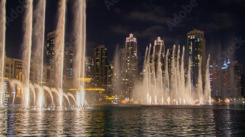 canvas print picture Skyline von Dubai in der Nacht als Nachtaufnahme