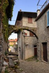 vicolo nel borgo medievale di varenna in italia, street in varenna in medieval village of varenna in italy  © picture10