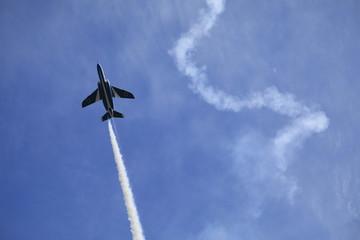 ブルーインパルス アクロバット飛行 飛行機雲