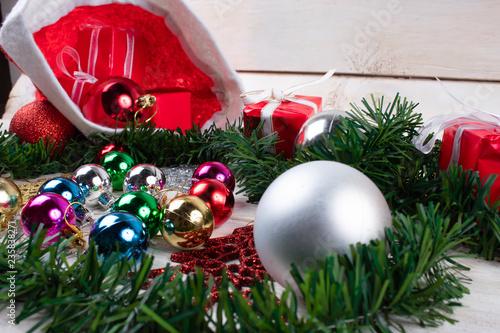 Esferas, regalos gorros y adornos navideños © JIOQ_ADA