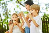 Kinder essen leckere Baguette Brötchen