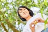 Asiatisches Mädchen mit Baguette als Pausenbrot