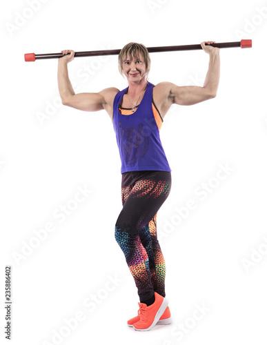 Sporty kobieta robi ćwiczeniom z barbell barem na białym tle. Fotografia mięśniowa kobieta w sportswear na białym tle. Siła i motywacja.