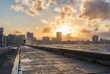 Havanna Malecón mit Welle bei Sonnenaufgang