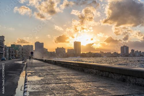 fototapeta na ścianę Havanna Malecón mit Welle bei Sonnenaufgang