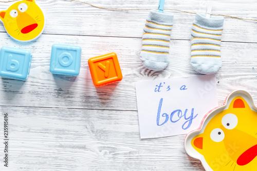 narodziny chłopiec - dziecka prysznic pojęcie na drewnianym tle