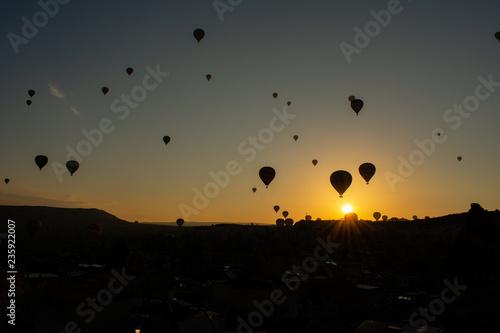 Piękny zmierzch nad Cappadocia, Goreme. Balony lata przeciw niebu, widok z lotu ptaka. Najpopularniejsze miejsce w Turcji
