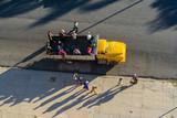Algunos trabajadores se bajaron del camión.