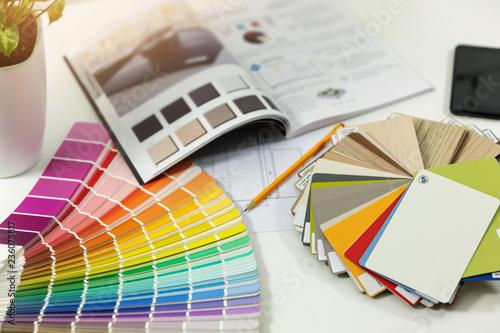 miejsce pracy projektanta - kolor farby wewnętrznej i próbki materiałów meblowych