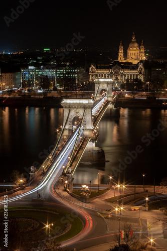 fototapeta na ścianę Die Kettenbrücke (Szechenyi Lanchid) in Budapest, Ungarn, betrachtet von der Buda Seite der Donau. Im Vordergrund: Clark Adam Ter (Square)