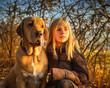 Leinwandbild Motiv Beste Freunde Mädchen und Broholmer im leuchtenden Herbstwald