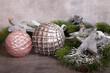 Leinwanddruck Bild - zwei weihnachtskugeln auf grauem hintergrund