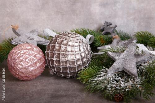 Leinwanddruck Bild zwei weihnachtskugeln auf grauem hintergrund