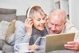 Senioren entspannen sich und hören Musik