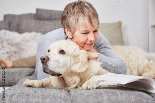 Leinwandbild Motiv Alte Frau entspannt sich mit ihrem Retriever