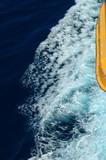 sillage vague et radeau sauvetage