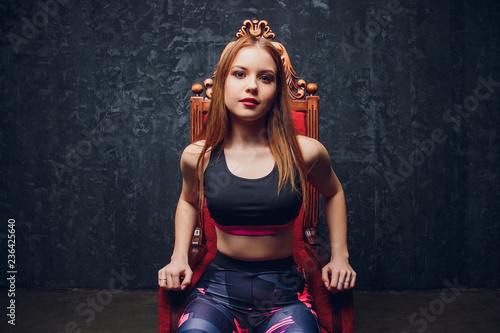 atrakcyjna kobieta fitness, wyszkolone kobiece ciało, portret styl życia, model kaukaski.
