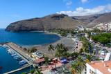 Widok z góry na zatokę, marinę i czarną plażę