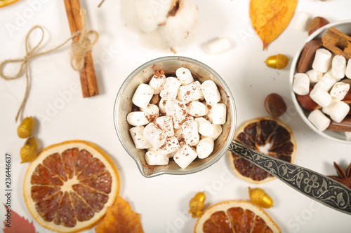 напиток горячий шоколад и зефир маршмеллоу рядом лежит атрибутика