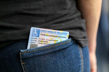 femme et Carte Mobilité Inclusion dans la poche du jean 4